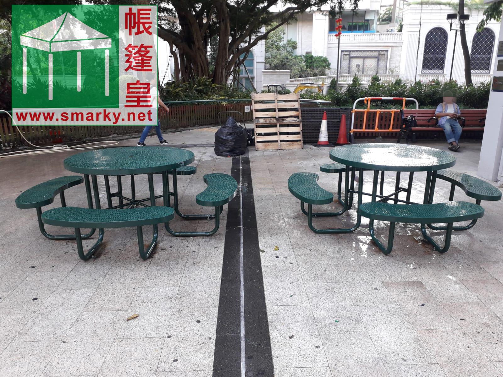安裝兩套新的桌椅組合