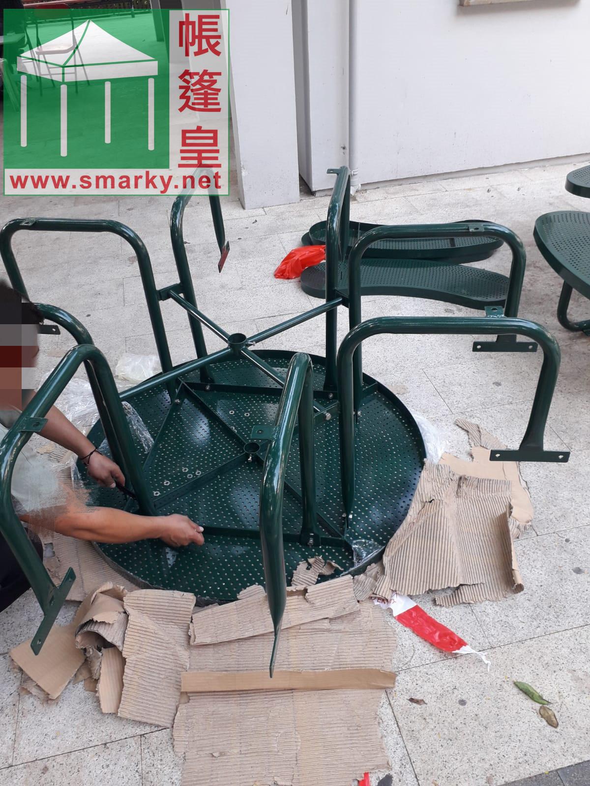 安裝新的公園桌椅組合1