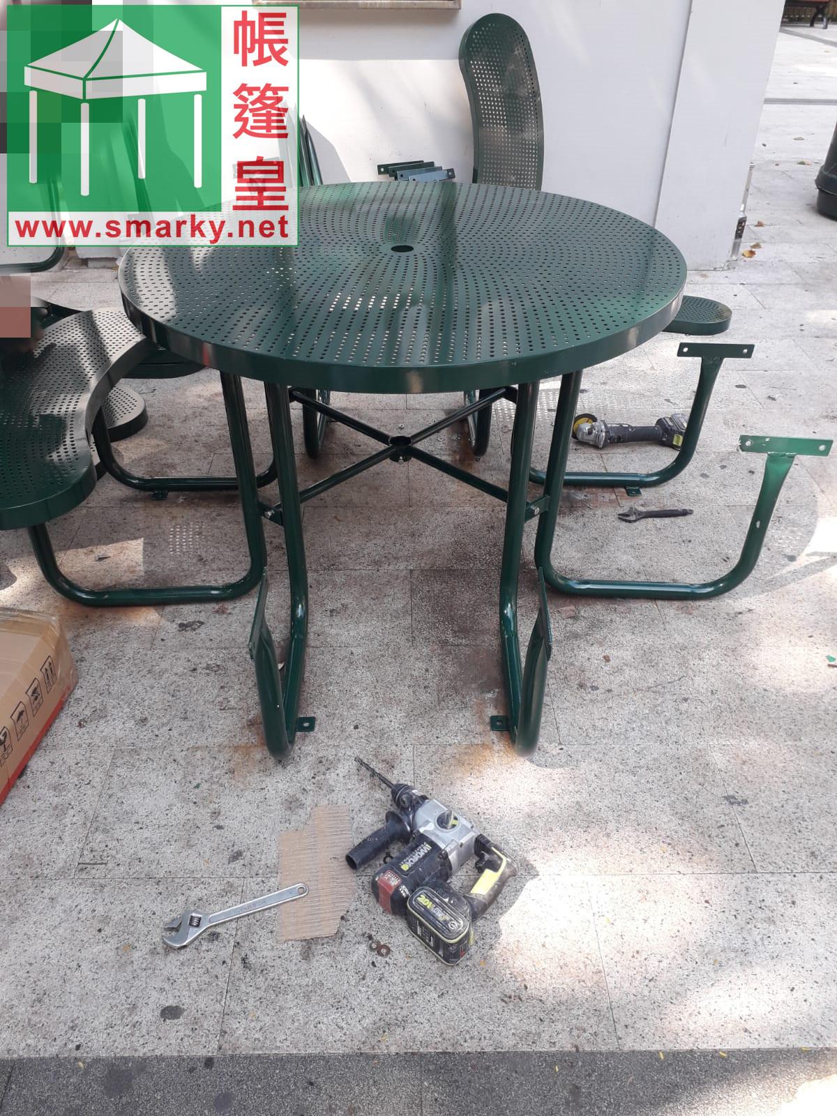 安裝新的公園桌椅組合2
